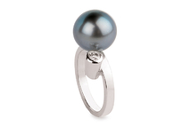 Ring in 18kt white gold with brilliant and tahitian pearl.