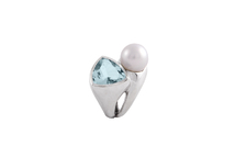 Ring in 18kt white gold with australian pearl and aquamarine.