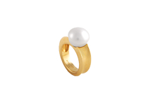 Ring in 18kt gold with australian pearl.