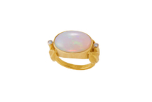Ring in 18kt gold with opal and brilliant.