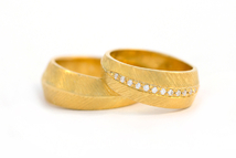 Wedding rings in 18kt gold with brilliant.